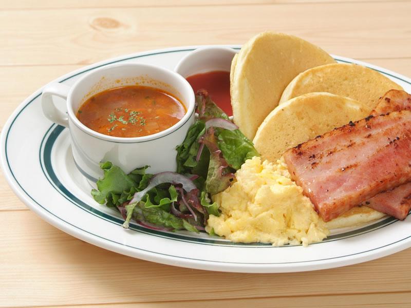 【東京メニュー】ベーコンとスクランブルエッグのワンプレートパンケーキ
