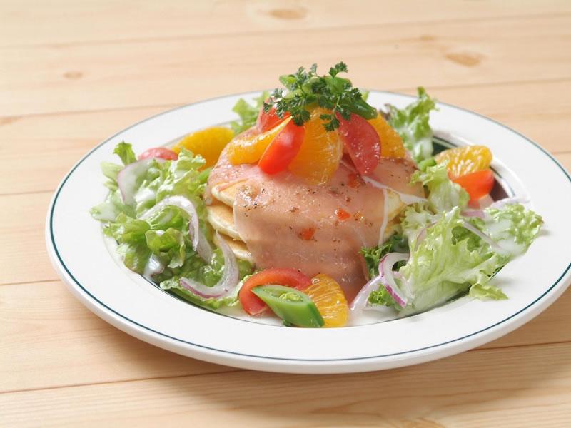 旬果菜と生ハムのサラダのパンケーキ